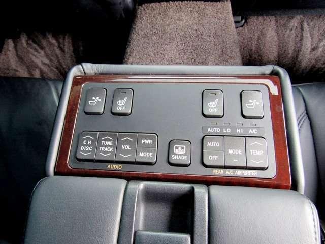 後部座席の装備も充実!!オーディオやエアコン操作、シートリクライニングも可能です!