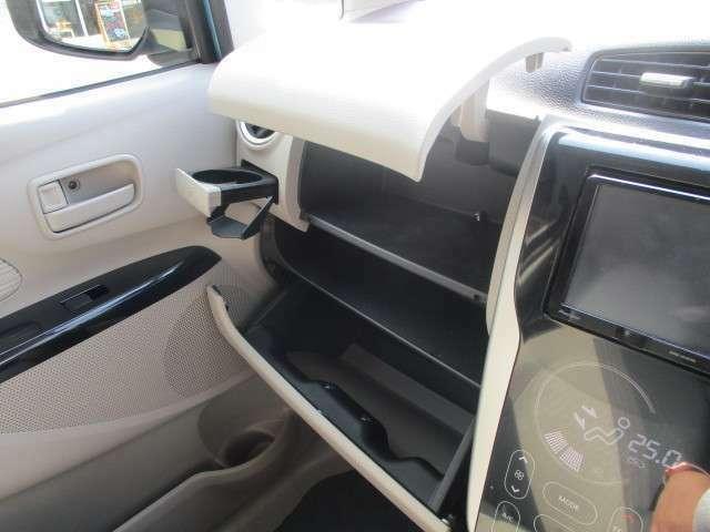 小物の収納力もおすすめポイントです!!こちらは助手席前の収納です。上下だけでなく、真ん中の部分も収納可能です!