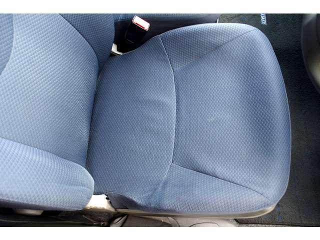 運転席座面にリペア跡がございます。