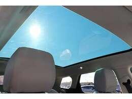 パノラミック ルーフ「後席まで広がるパノラミックルーフは遮るものがなく、後席からもでも解放感たっぷりの仕様です。車内に明るい日差しを取り入れます。」
