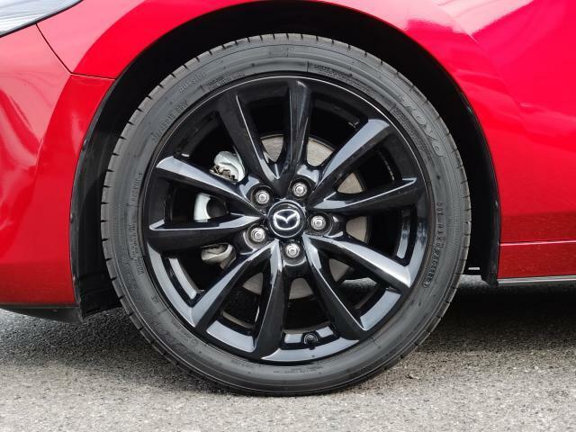18インチ純正アルミホイールを装備。タイヤサイズは215/45R18となります。