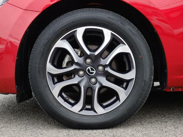 標準装備の純正16インチアルミホイール。タイヤサイズは185/60R16です。