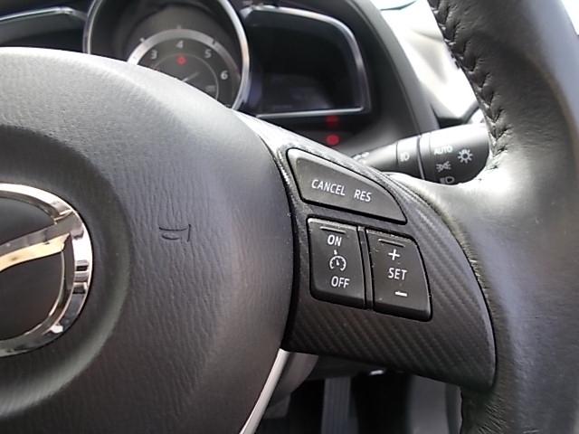 クルーズコントロールをセットすると、アクセルを踏まずに設定速度で定速走行ができ、高速時に於けるドライバーの負担軽減を図り快適走行ができます。