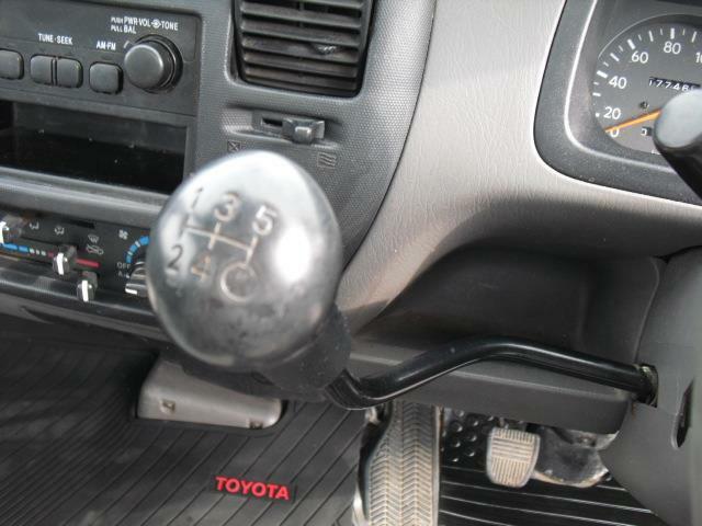 変速レバーはステアリングボックスから突き出た変則タイプ。慣れるとハンドルに近く操作感も良いです