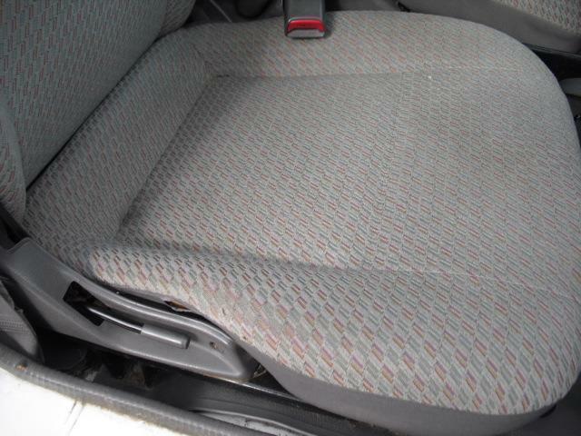 運転席シートは側面に小さめの破れがありますが、全体的に型崩れ汚れは少なく差し当たっての使用に問題はないと思われます