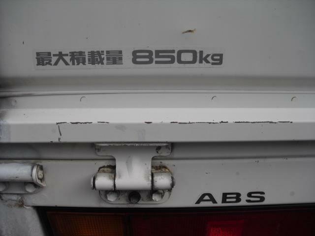 積載量は1tを切り850キロですが、ロング荷台で容量は充分。ABSも装備しています