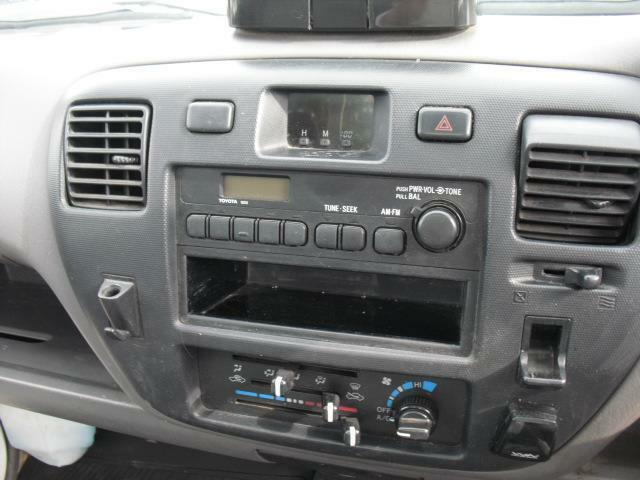 ラジオ、空調をコンパクトに纏めペン、コインホルダー、小物入れも備えた機能性のセンター部