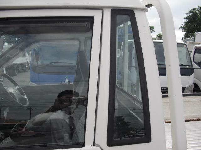 キャビン後方ピラー部に埋め込み窓仕様で採光は勿論、サイドシルエットの印象も変化