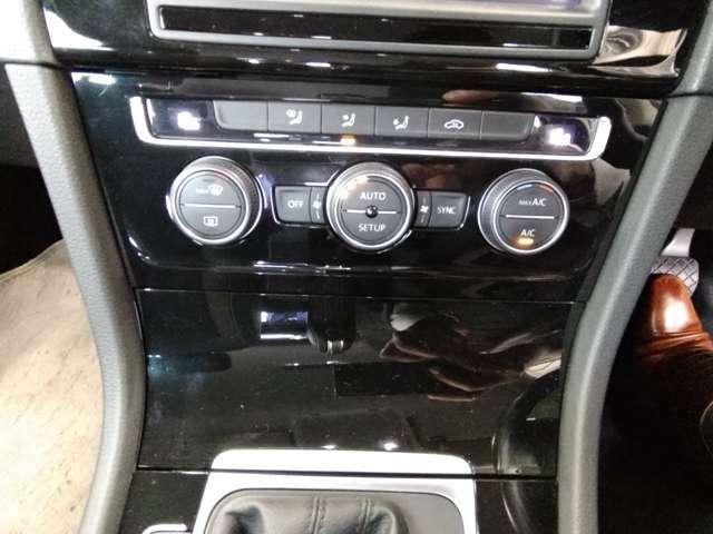 左右独立調節機能付オートエアコン。