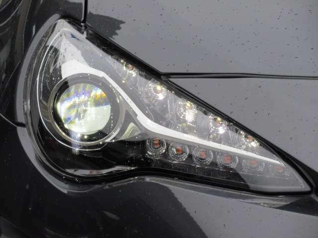 純正LEDヘッドライトユニット♪ 後期モデルより採用されております♪ 夜間も明るく、夜道も安心ですね♪