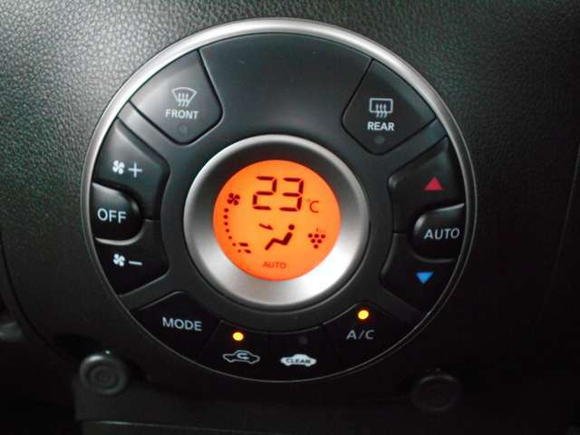 オートエアコンです!ボタンでの簡単な操作で室内を快適な温度にします。
