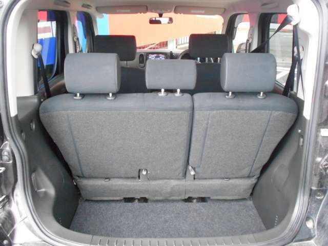 ラゲッジスペース、リヤシートが前後スライド出来て広々使えて便利です。