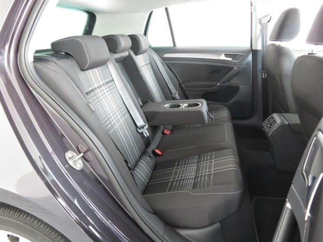 【ラウンジ専用シート】セカンドシートは運転席や助手席よりも少し高く、フロントガラスからも外が眺められ酔いや疲れが感じ難く設計されております。