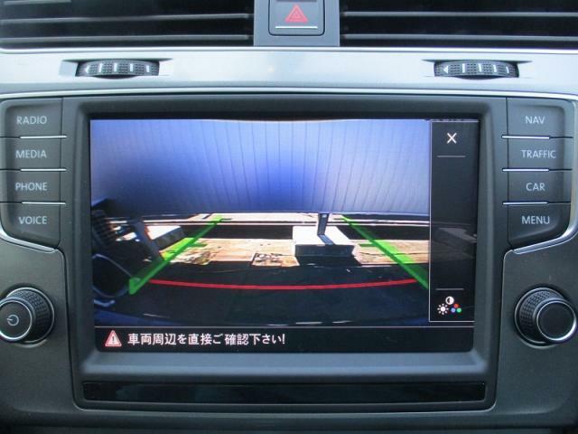 【エンブレム内蔵バックカメラ】(7世代目ゴルフラウンジ標準搭載)リバースシフトに連動しナビゲーション画面上で切り替わります。