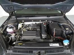 エンジンルームにはオイルの滲みや漏れは当然なく、前オーナー様のメンテナンス経緯がわかるグッドコンディションです。