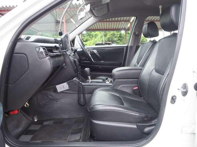 実際のパトカーは室内が黒色になっているらしくこちらの車もドアトリム等、黒色に変更されています。