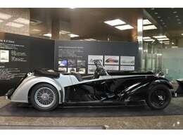 オリジナルのボディはバンデン・プラがデザインした魅力的なツアラー型の車体に交換されている。