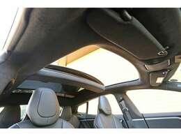 開放感ある室内空間をご堪能いただける【パノラミックサンルーフ】が新車時オプションにて装備されております。