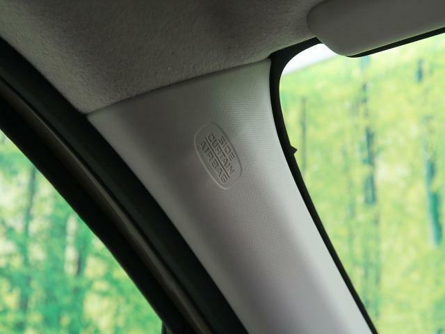 【カーテンエアバッグ】側面衝突時または車両横転時にルーフサイド部分から膨らみ、運転席と助手席の搭乗者および後席搭乗者の頭部、頚部を保護するエアバッグを搭載しております。