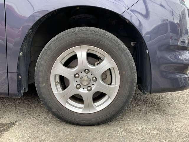 タイヤは純正15インチAWにノーマルタイヤをはいており、タイヤ山はおおよそ各5分山程度、タイヤサイズは195/65R15、スペアタイヤ積込みです。 しかも新車時保証書、取扱説明書(車両&ナビ)付きです