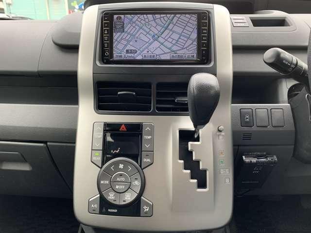 オーディオは、純正HDDナビ(NHZN-W59G)、フルセグテレビ、バックカメラ、純正フリップダウンモニター、DVD再生、CD録音再生、ETC車載器など、豪華装備です。 パワースライドドアも付いてます