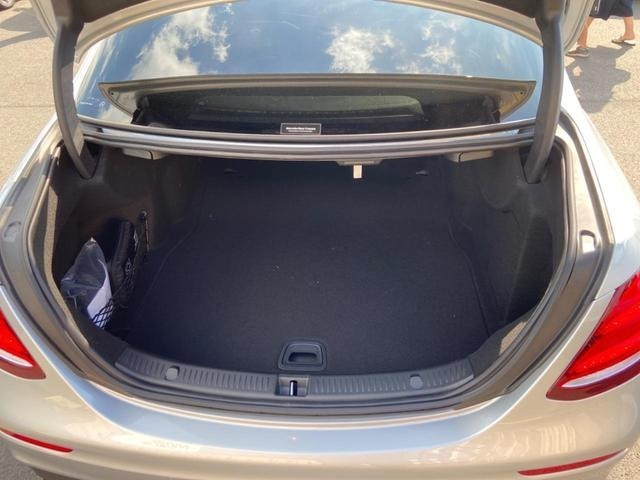 セダンでありながら、大容量のトランク。キャディバックも収納可能!
