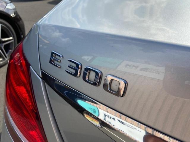 眩いE300のエンブレムです。メルセデスオーナーへのサポートをさせて頂きますので、ご検討宜しくお願い致します。