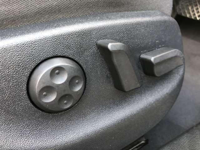パワーシートになっておりますので、前後や高さの微調整もスイッチ一つで可能です♪体格の良い方から小柄な方まで自分にベストなポジションでお乗りになって頂けます♪運転席・助手席両方に装備されております♪