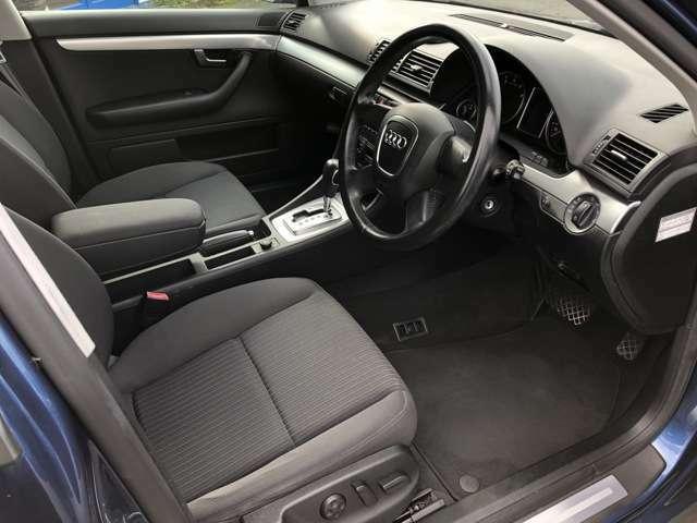 車内で一番汚れが多くなる運転席側のシートもへたりや汚れ等も少なく綺麗な状態となっております♪もちろん足元のフロアマットも破れ等がなく良好な状態となっております♪