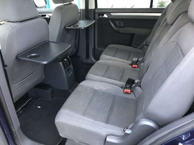 助手席側の足元もゆったりと広々しております♪サイドの窓も視界が広く見晴らしが良いので、ドライブ中にも外の景色を存分に楽しむ事が出来ます♪ダッシュボードにも汚れなど少なく良好な状態です♪