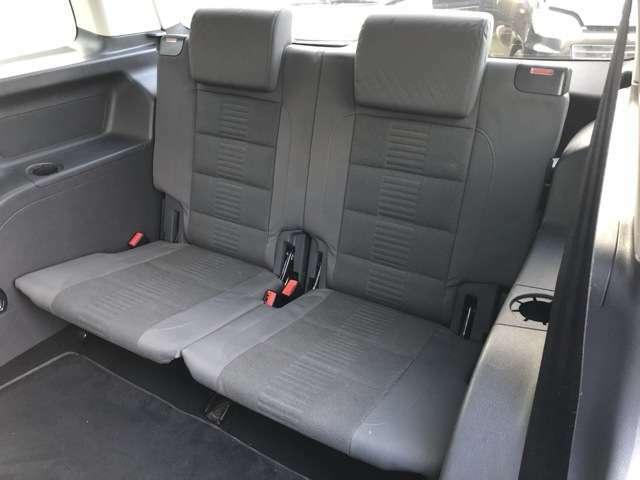 サードシートは狭く物足りない物が多い中こちらのサードシートは前列のシートと大差ないほどの座り心地とゆったり感があります♪窮屈感のある3列目の印象が変わります♪フロアマットも全席装備で◎♪