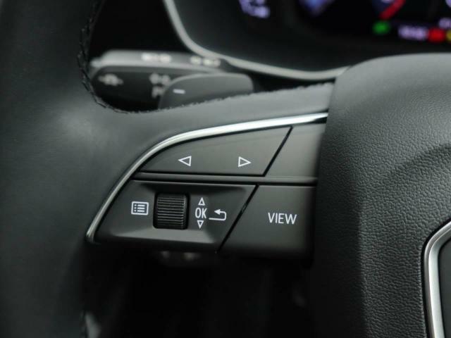 ステアリングスイッチによりメーターパネル内のj表示の切り替えが可能となります。