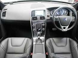 運転席側に傾いたセンターパネルが、パーソナルなドライビングカーの雰囲気を感じさせます また、ラウンドしたダッシュボードは見晴らしも良好です