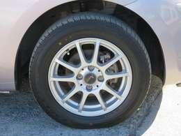 社外の15インチアルミホイールが装備されています。タイヤの溝もたっぷり!