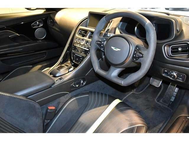 フロントシートにはヒーター&ベンチレーションが装備されており、いつでも快適なドライブを提供します。