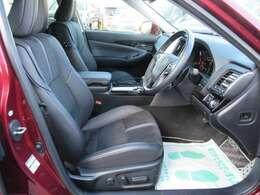 専用インテリア&専用ハーフレザーシート付き♪ スタイリッシュなデザインで、ルックスもよく、質感の良いシートで長距離ドライブでも安心です♪