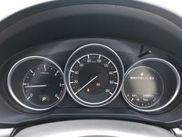 センターにスピードメーターを配置しタコメーターは左側に配置しています。シャープにしてメーター本体のサイズを抑え、視界に入りやすくなっているので必要な状況は瞬時に把握できます。