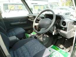 純正ハンドル!座席のポジションも高い為、運転がしやすいです!