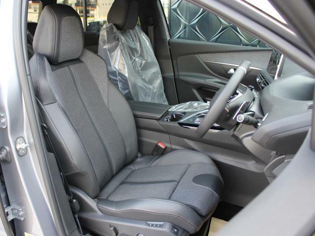 ファブリックとテップレザーのコンビシート。(運転席パワーシート&マルチポイントランバーサポート/運転席・助手席シートヒーター)