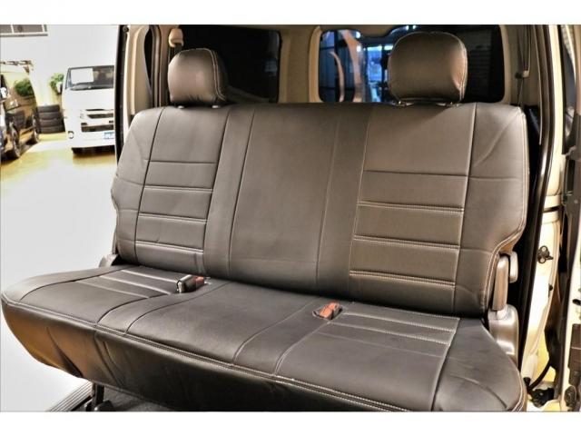 セカンドシートは幅広いベンチシートで乗り心地快適★