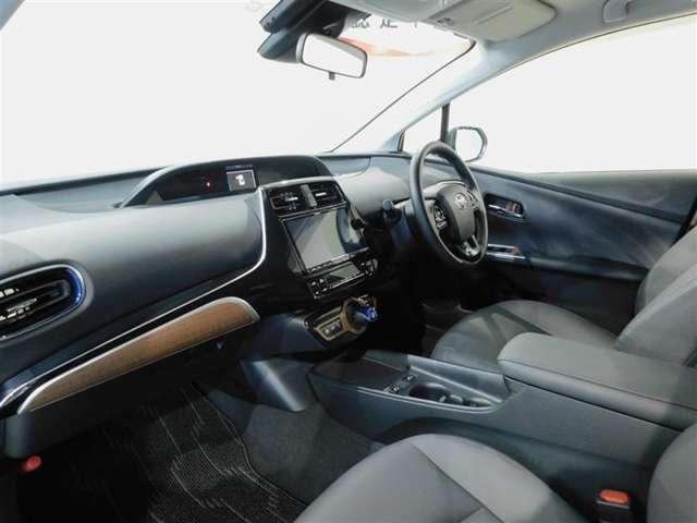 スタイリッシュで機能的な運転席回りです。