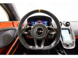 内装は外装とお色を合わせ、インテリアにカーボンを選択したお車でございます。