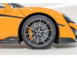 ホイールは10スポークのウルトラライトホイール。細いスポークゆえにオレンジメタリックカラーのキャリパーをしっかりと覗かせる事ができるデザインでございます。