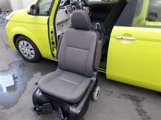 なんとワンタッチで助手席が電動で降りてきます。さらに、そのまま車椅子として取り外して使用可!