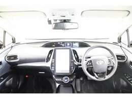 センターメーターで視線移動が少なく、スッキリとして直感的に操作しやすい運転席です。ヒーター機能付きの本革ステアリングではスイッチでレーンアシストなど安全機能のON・OFFが出来ます。