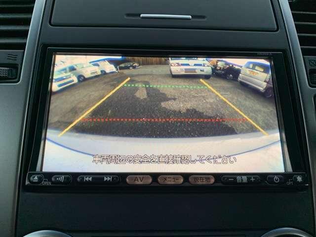 カラーバックカメラが付いてます。 こんなにもハッキリクッキリ丸見えのバックカメラです。 バックから駐車するのが苦手な男性諸君でも、簡単にバックから入れることができます! バックでスッポリ入れられます!