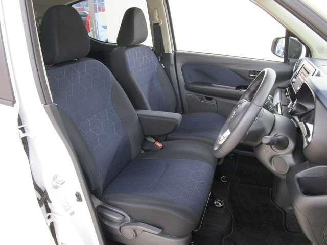 フロントシートの画像です。運転席にはハイトアジャスターを装備しています。ベンチシートタイプ アームレスト シートヒーター付