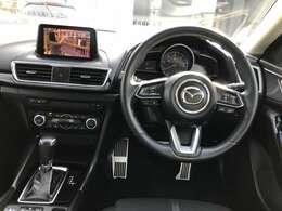 運転席に座ると、運転姿勢を崩さず、見たいものがストレス無く見えます。目線を安定させ、自然な姿勢で運転する、マツダは理想の視界を叶えるよう開発・デザインしております。