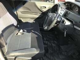 ☆ベンチシートの採用により、足元空間も広々しております。肘掛も付いておりますので、リラックスしながらドライブできます。☆