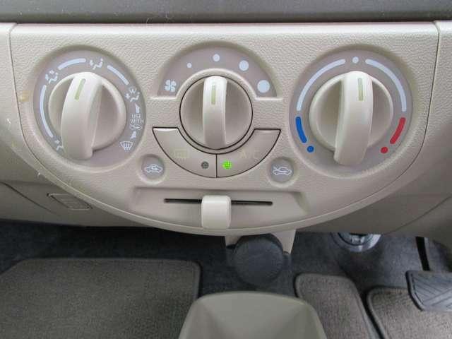 運転中でも操作が容易なマニュアルエアコンです!!